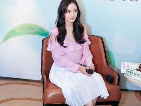 杨幂又换造型,粉色衣+半身裙,34岁年纪穿出18岁的美