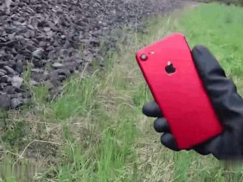 男子将iphone放铁轨上做测试, 火车压过后变成这模样