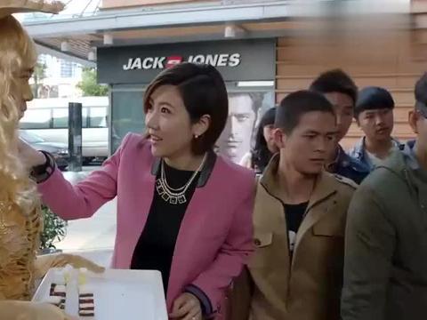 熊雄请人来为蛋糕店做宣传,毛小春偷偷打探情况,李有为给出招