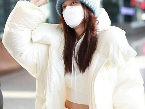 秦岚真厉害!大冬天穿露脐装配羽绒服走机场,洋气减龄又时髦