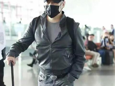 52岁吴秀波机场显邋遢,穿皮衣拉链只拉一半,圆鼓鼓啤酒肚挺明显