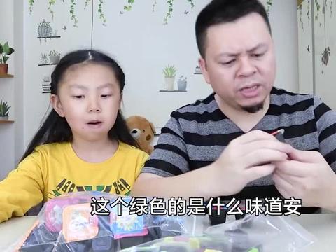 """父女试吃""""清热果冻"""",黑漆漆的,这是不是龟苓膏哦?"""