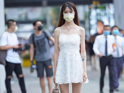 穿吊带裙的甜美姑娘,迷人魅力不输给性感女生