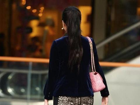 短裙款式多样,内搭外穿都适用,气质女生穿出了专属的时尚风采