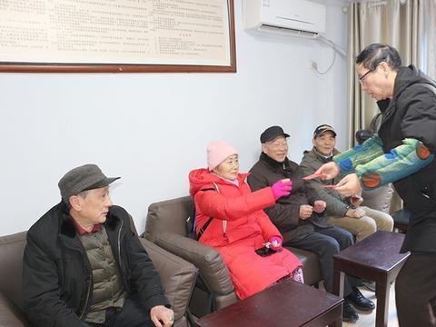 民建南充市顺庆区基层委开展春节前慰问老会员活动