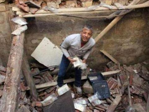 男子工作时房屋突然倒塌,废墟中出现的宝贝引起众人抢夺