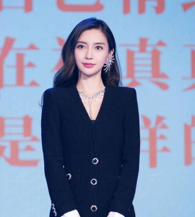 杨颖身穿黑色西服裙女人味十足,甜美可爱的笑容,依旧是颜值巅峰