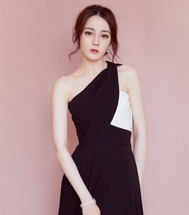 众女星一身黑造型大比拼,同为黑色礼服,50岁的陈红却美得出众
