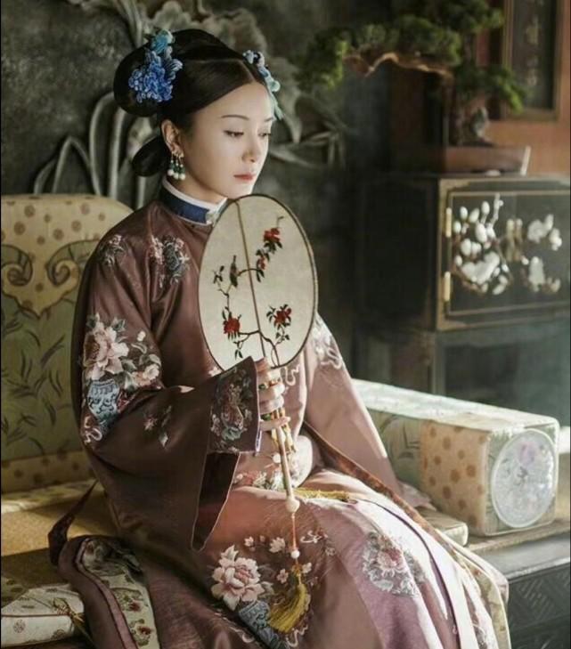 41岁秦岚排场大,8位保镖开路,助理搀扶宛若女王