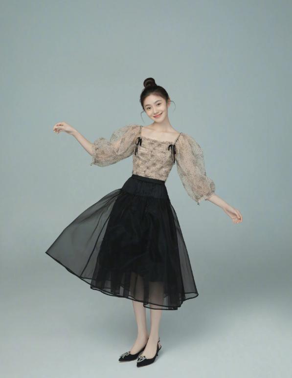 """""""新谋女郎""""刘浩存好会穿,一袭轻柔纱质公主裙,少女感满满"""