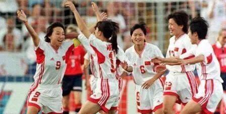 """答球迷问:女被称为""""铿锵玫瑰"""",那么中国男足怎样称?"""