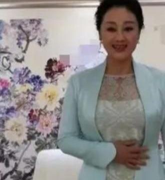 王姬58岁太抗老,露肩纱裙难掩婀娜多姿,优雅又知性