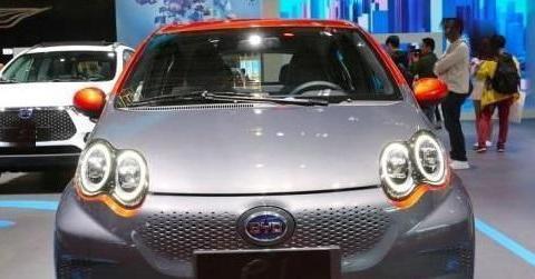 这款微型车,双色车身续航305km,0-50km/h加速为5.9s