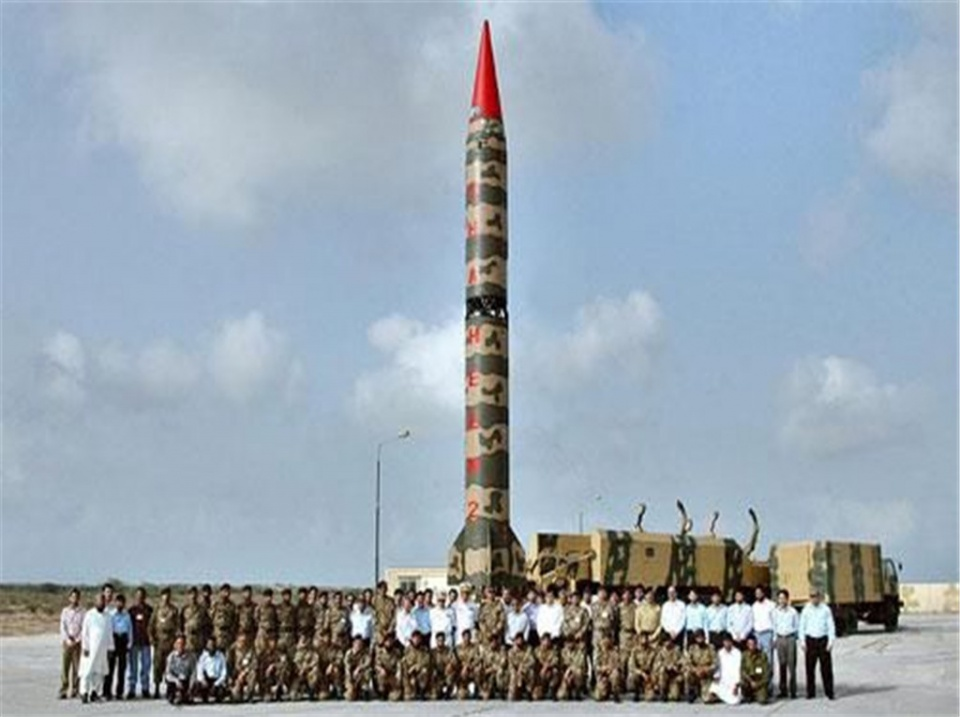 一枚核导弹紧急升空,残骸砸毁多栋房屋,大批军队紧急撤离