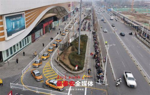 泰安万达广场东侧出租车专用通道试运行 首辆出租车5分钟完成接单