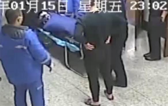 视频 120急救车送来昏迷警察 护士长一看竟是自己丈夫