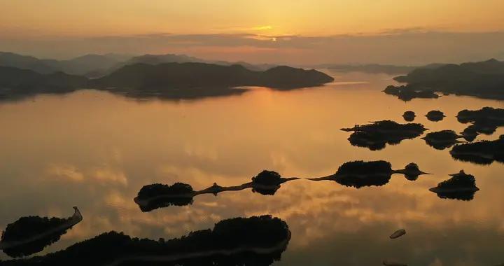 杭州:千岛湖绚丽晚霞 水天一色