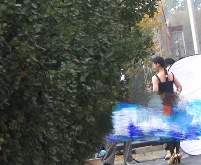 46岁梅婷拍摄不怕冷,大冬天穿吊带漏香肩,产后瘦30斤太励志