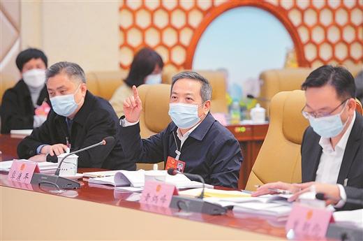 人大代表分组审议政府工作报告现场