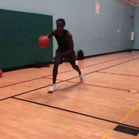 推动篮球进攻教学 有很多种方法来做这个动作……