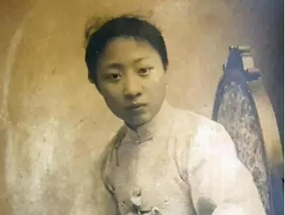 她24岁挤走原配,嫁上海大佬,3年后卷走大佬毕生积蓄,嫁给真爱
