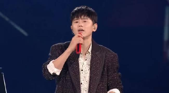 张杰在王者荣耀冠军赛上献唱《为你而战》和《最美的太阳》……