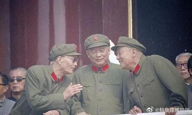 站在天安门城楼上观礼的三位开国将军
