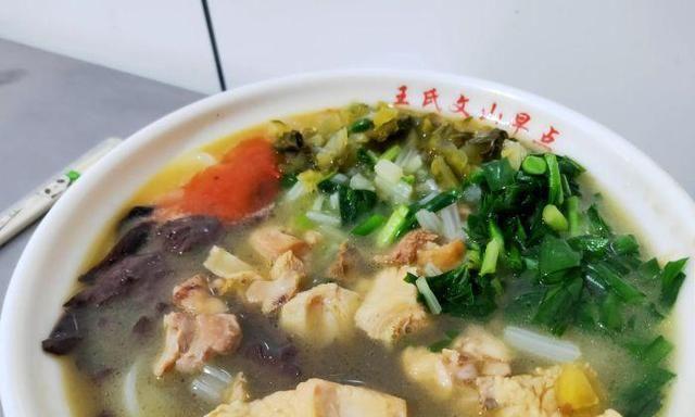 来云南必吃的鸡汁米线,10元1碗肉给得多,老板不拍照怕生意太好