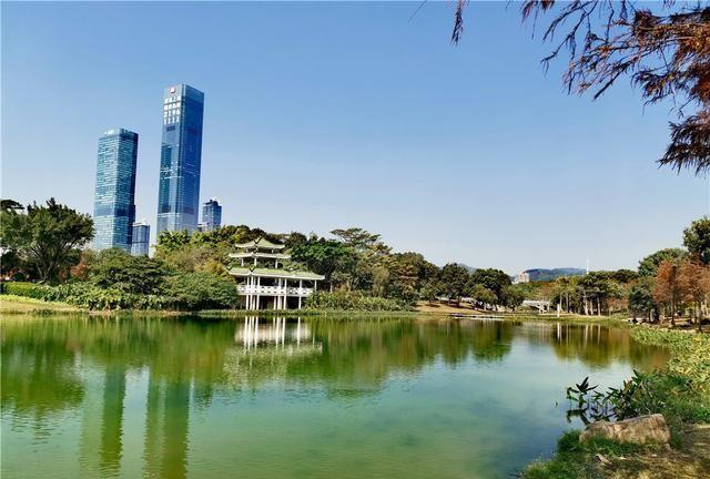 深圳福田河风光,在蓝天的倒影下,河水像一块绿宝石