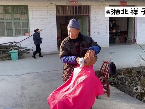 86岁的农村老理发师,流动上门服务,1年收入20000,自己还花不完
