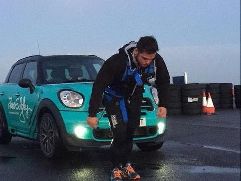男子用身体拉拽汽车进行42公里马拉松,只为了筹钱捐给慈善机构
