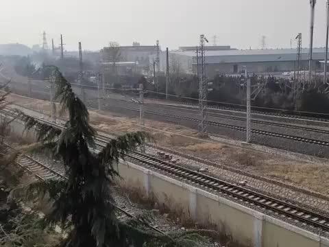 实拍火车驶出青岛的瞬间,高铁,动车,绿皮车都有,厉害了