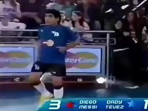马拉多纳和梅西踢网球式足球,这球感太好了!可惜以后看不到了!