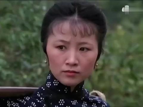 五虎:恶霸欺负卖豆腐的,不料她是功夫高手,连环穿心腿暴揍恶霸