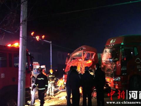 河南襄城:红绿灯下发生交通事故 消防队员迅速赶赴救援