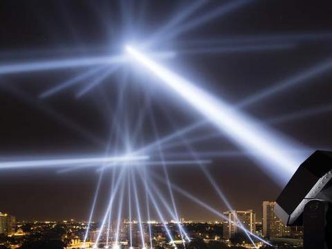 手电筒射向空中一束光,它会被黑洞吸收,还是抵达宇宙边缘?