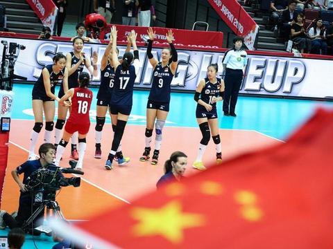 中国女排冠军选手朱婷、张常宁,为2022北京冬奥会加油和助威