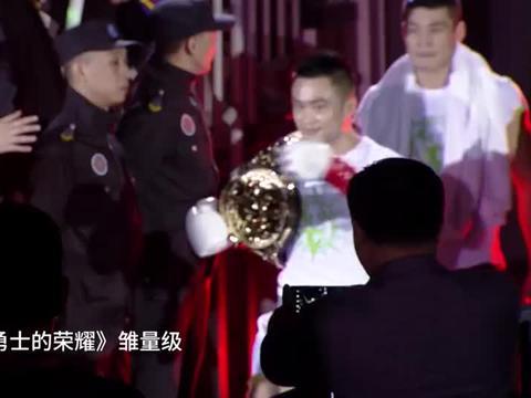 打出中国拳手的血性,被老外揍得眼肿大包,绝地逆袭暴揍KO