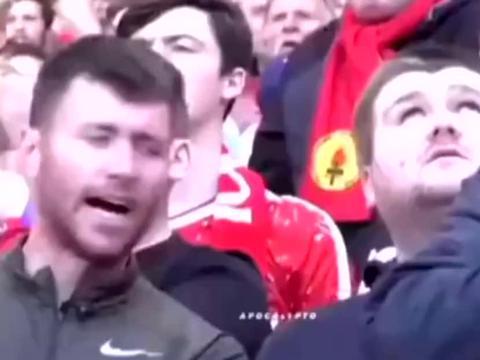 国外球迷带盲人好友看足球比赛,一整场在他身边解说!