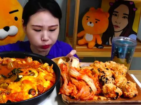 韩国吃播:芝士鸡块炖宽粉+饭团,搭配泡菜,卡妹吃得真过瘾