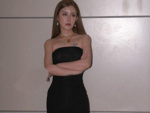 黑色修身无肩长裙,轻松展示好身材,让你摆脱路人感