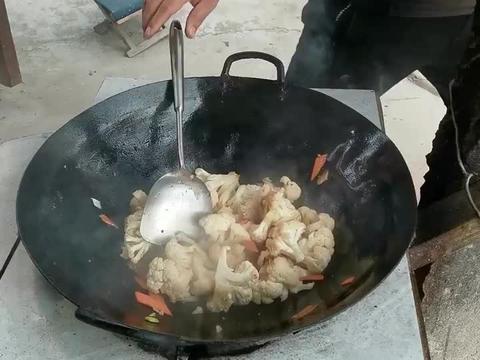 花菜炒肉片,到底用不用焯水,这样做口感嫩脆,出锅家人抢着吃!