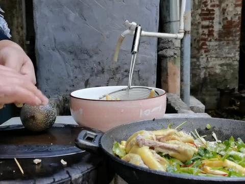 花10块小钱买了点鸡爪,拌着酸笋一起吃,这滋味可得劲儿