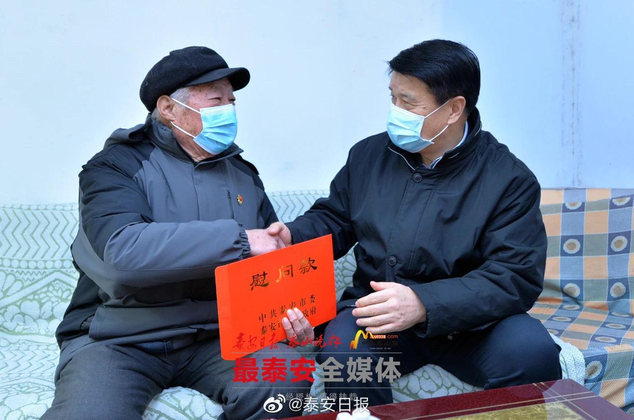 崔洪刚张涛等市领导走访慰问新中国成立前入党的老党员、困难党员和职工群众等,送去党和政府的亲切关怀与新年祝福