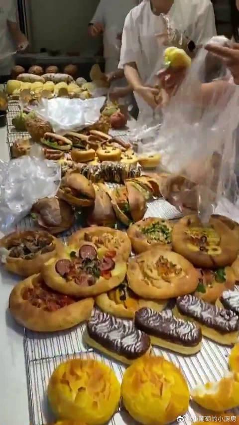 面包店最扎心的一幕,白送的看着都让人心疼!员工却还要挑三拣四