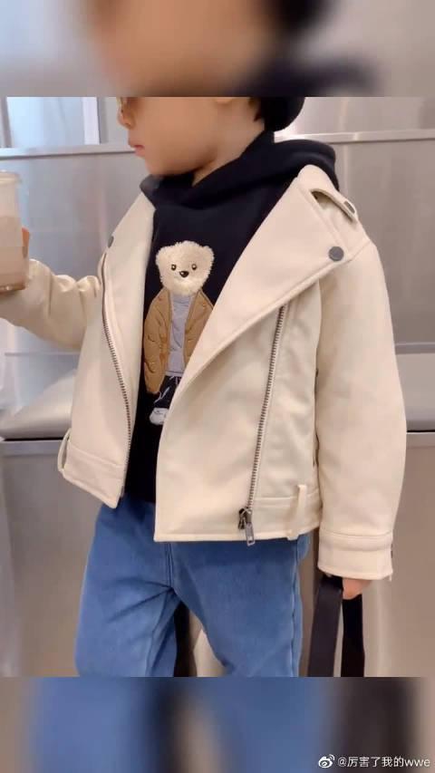 皮衣是永远不过时的,不管小孩大人穿上给人一种酷酷的feel~