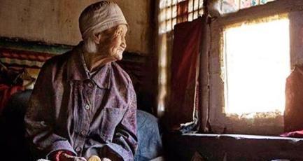 孤寡老人一碗咸菜吃几天,生病从不就医,死后遗产6人清点3小时