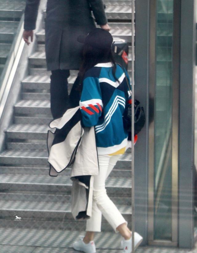 """杨幂身穿针织毛衣搭白色休闲裤,秀出好身材,""""竹竿腿""""太吸睛"""