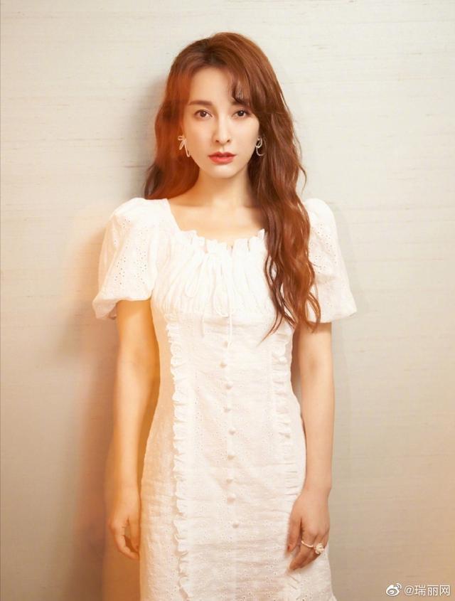吴昕穿复古方领小白裙,披肩卷发搭精致耳环,温柔又优雅!