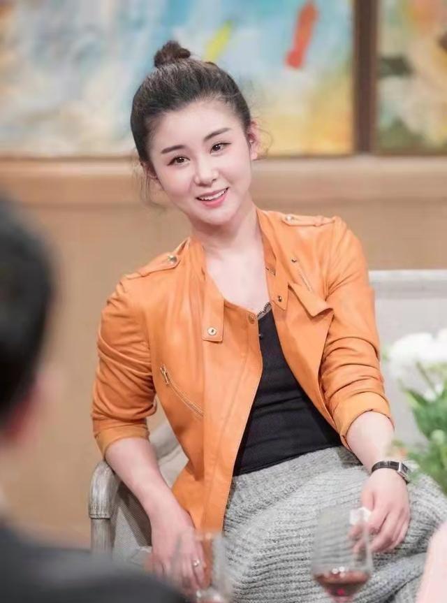 35岁李小萌真有气质,穿绣花抹胸裙大秀身材,娃娃脸太有辨识度